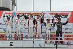 GT300 pódio: vencedores da corrida Katsuyuki Hiranaka, Bjorn Wirdheim, segunda posição Tatsuya Katao