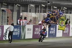 Jorge Lorenzo, Yamaha Factory Racing, passe sous le drapeau à damier