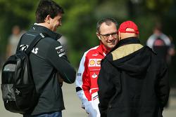 Toto Wolff, acionista e diretor da equipe Mercedes com Stefano Domenicali, Diretor Geral da Ferrari e Niki Lauda, Mercedes Presidente de Honra