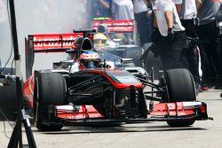 Jenson Button, McLaren MP4-28 deja los pits mientras Sergio Pérez, McLaren MP4-28 entra en su caja de foso