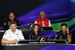 Coletiva da FIA, chefe da equipe Scuderia Toro Rosso; John Booth, chefe da equipe Marussia; Ross Brawn, chefe da equipe Mercedes AMG F1; Claire Williams, Sub-chefe da equipe Williams; Christian Horner, chefe de equipe da Red Bull Racing. 12.0