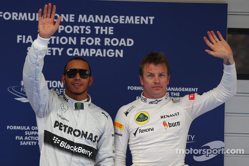 Ganador de la pole position Lewis Hamilton, Mercedes AMG F1 segundo lugar de Kimi Raikkonen, Lotus F1 Team