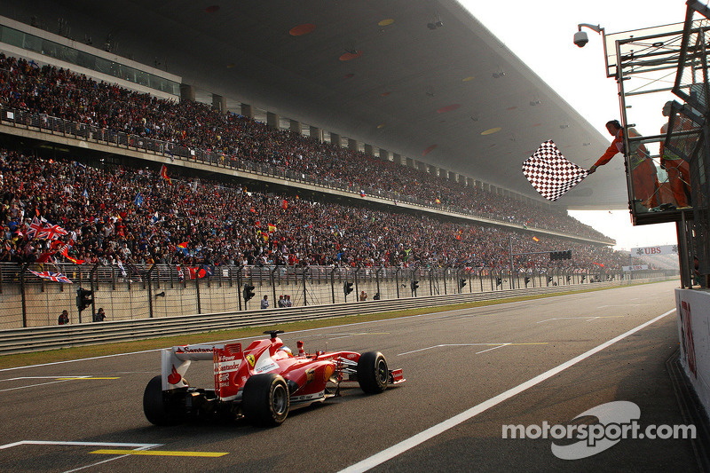 Yarış galibi Fernando Alonso, Ferrari F138 takes chequered flag, end, race