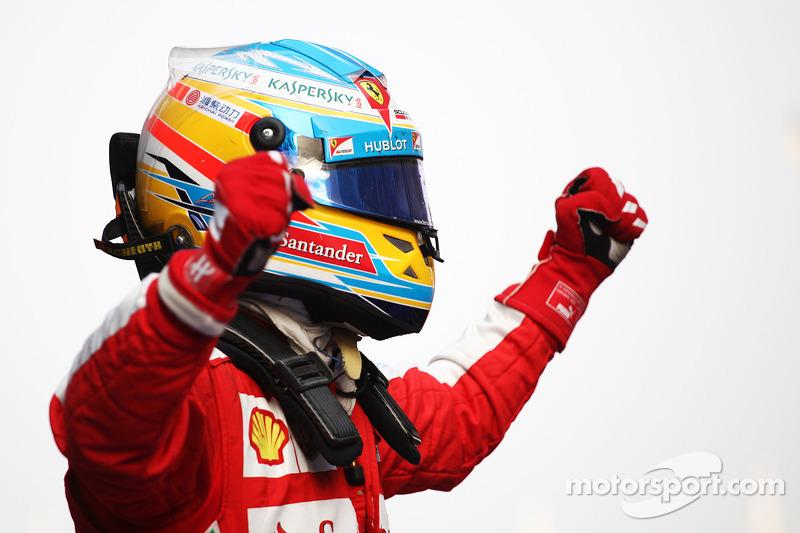 Yarış galibi Fernando Alonso, Ferrari F138 kutlama yapıyor kapalı park