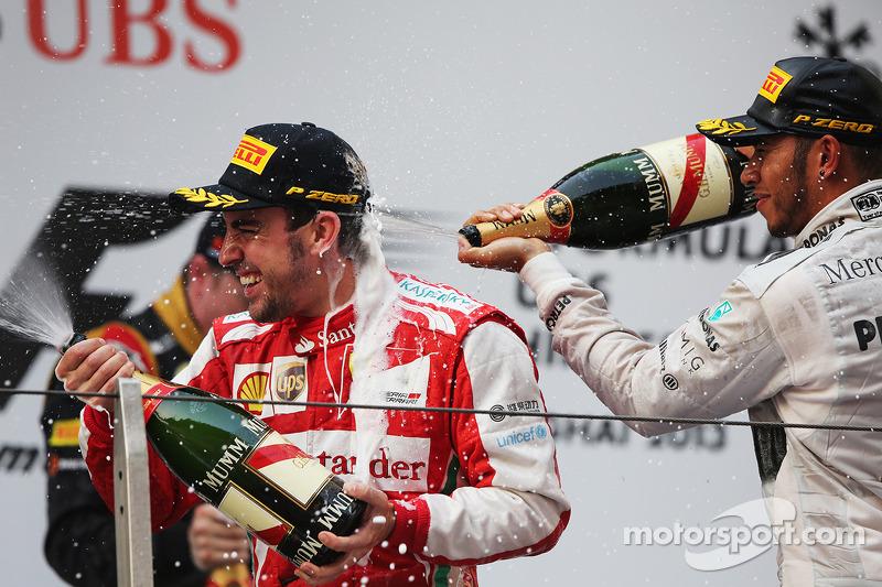 Ganador de la carrera Fernando Alonso, Ferrari celebra en el podio con el tercer puesto Lewis Hamilton, Mercedes AMG F1