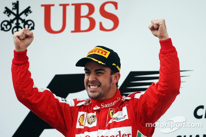 Yarış galibi Fernando Alonso, Ferrari kutlama yapıyor, Podyum