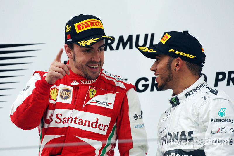 Carrera ganador Fernando Alonso, Ferrari en el podio con el tercer puesto Lewis Hamilton, Mercedes AMG F1