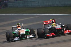 Sergio Pérez, McLaren MP4-28 et Adrian Sutil, Sahara Force India VJM06