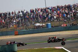 La roue de Mark Webber, Red Bull Racing se dirige vers Romain Grosjean, Lotus F1 E21 et Daniel Ricci