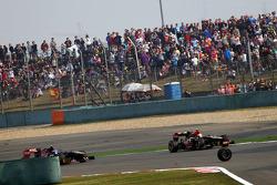 roda de Mark Webber, Red Bull Racing vai para cima de Romain Grosjean, Lotus F1 E21 e Daniel Ricciar