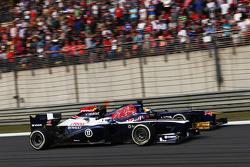 Valtteri Bottas, Williams FW35 e Jean-Eric Vergne, Scuderia Toro Rosso STR8 disputam por posição