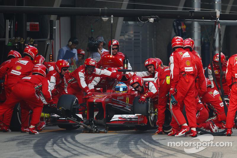 Fernando Alonso, Ferrari F138 hace una parada en boxes