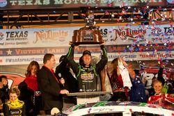 Kyle Busch, Joe Gibbs Racing Toyota viert het resultaat