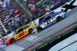 Joey Logano, Penske Racing Ford e Bobby Labonte, JTG Daugherty Racing Toyota