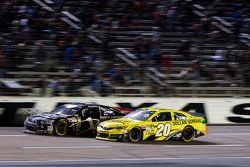 Jamie McMurray, Earnhardt Ganassi Racing Chevrolet and Matt Kenseth, Joe Gibbs Racing Toyota