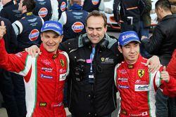 Kamui Kobayashi y Toni Vilander celebran, con Amato Ferrari, el segundo lugar en el GT.