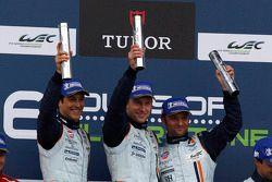 Ganadores en el GT podium: Darren Turner, Stefan Mücke y Bruno Senna.