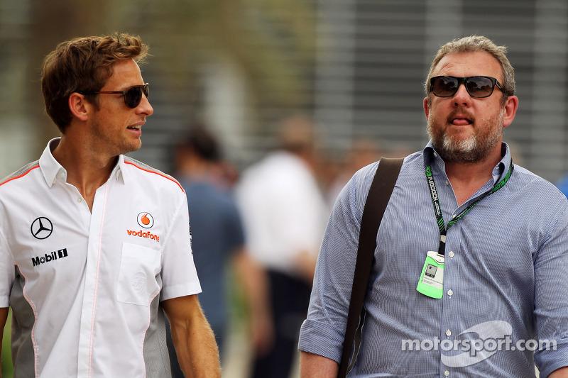 (L naar R): Jenson Button, McLaren met Richard Goddard, Manager