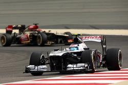 Valtteri Bottas, Williams FW35 leads Kimi Raikkonen, Lotus F1 E21
