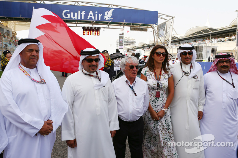 Bernie Ecclestone, CEO Formula One Group, en Fabiana Flosi, op de grid met Prins Salman bin Hamad Al Khalifa, kroonprins van Bahrein