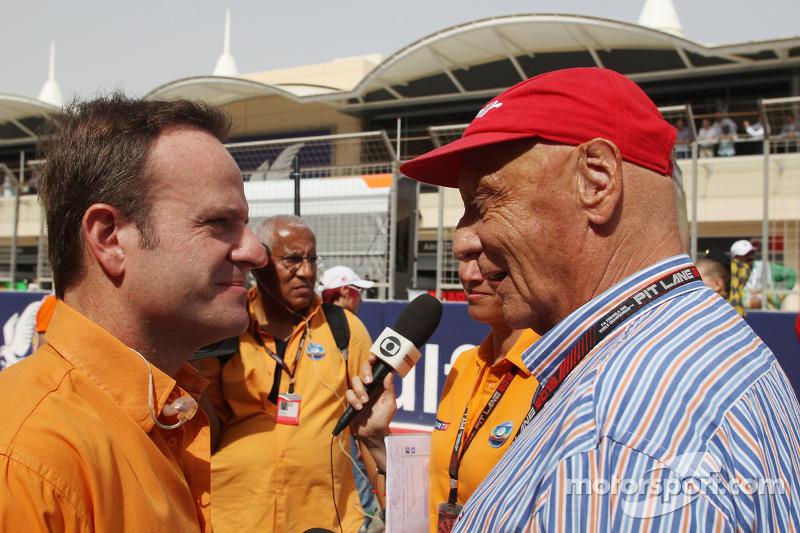 (L naar R): Rubens Barrichello, Globo-presentator met Niki Lauda, Mercedes Non-Executive Chairman op de grid