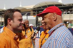 (Da esquerda para direita): Rubens Barrichello, apresentador da Globo, com Niki Lauda, presidente não executivo da Mercedes, no grid
