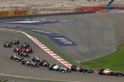 Sergio Perez, McLaren MP4-28 ve rge ve Lewis Hamilton, Mercedes AMG F1 W04, start, race