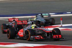 Sergio Perez, McLaren MP4-28 ve takım arkadaşı Jenson Button, McLaren MP4-28