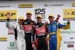 Round 4 podium 1e plaats Gordon Shedden, 2e plaats Andrew Jordan, 3e plaats Matt Neal en JST winnaar