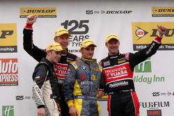 Round 6 podium 1e plaats Colin Turkington, 2e plaats Gordon Shedden, 3e plaats Matt Neal en JST winn