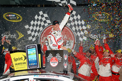 Victory lane: le vainqueur Kevin Harvick, Richard Childress Racing Chevrolet