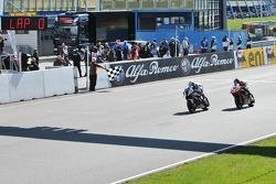 Chaz Davies en Sylvain Guintoli passeren de finish
