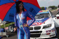 Chica Liqui Moly y Franz Engstler, BMW E90 320 TC, del Liqui Moly Team