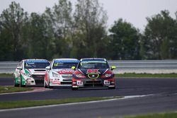 Robert Huff, SEAT Leon WTCC, ALL-INKL.COM Münnich Motorsport leads Yvan Muller, Chevrolet Cruze 1.6T, RML