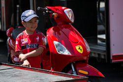 Un jeune fan de Ferrari