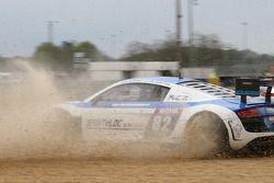 Spin voor #82 Team Saintéloc Racing BR Performance Audi R8 LMS Ultra: Jean-Marc Quintois, Mathieu Ja
