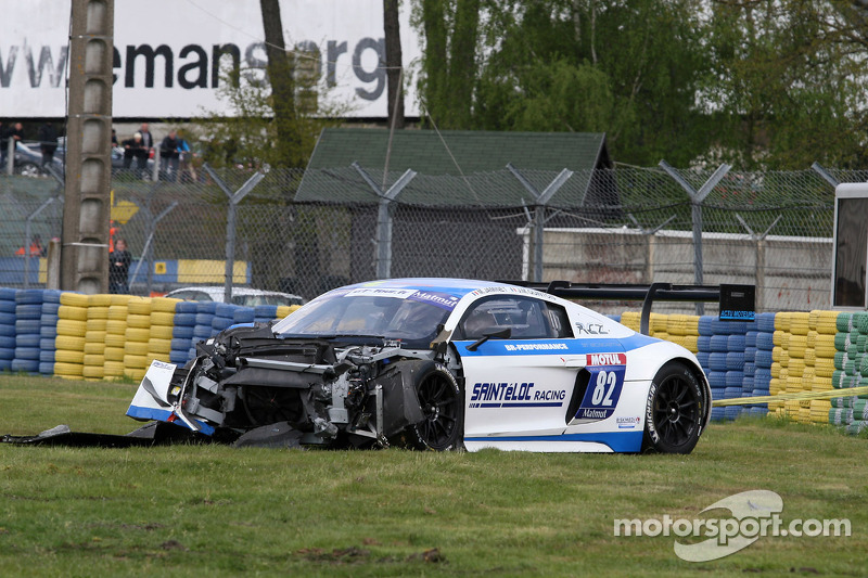 Crash voor #82 Team Saintéloc Racing BR Performance Audi R8 LMS Ultra: Jean-Marc Quintois, Mathieu Jaminet