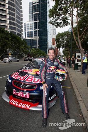 Craig Lowndes rijdt door de straten van Perth