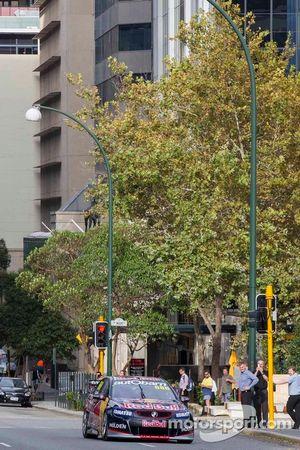 Craig Lowndes rijdt door de straten van Perth met Kim Mickle, Olympiër