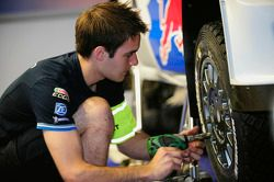 membros do time Volkswagen Motorsport trabalhando