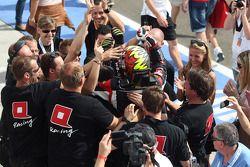 Racewinnaar Robert Huff, SEAT Leon WTCC, ALL-INKL.COM Munnich Motorsport viert het resultaat