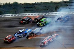 Crash mit Kurt Busch, Clint Bowyer, Jamie McMurray, J.J. Yeley, Ryan Newman, David Stremme und Marti