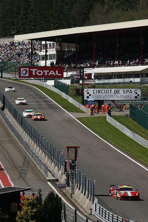 Ferrari versus Aston Martin disputam
