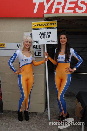 Des gridgirls RCIB Insurance Racing