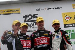 1er Matt Neal, 2e Tom Onslow-Cole, 3e Gordon Shedden, avec Lea Wood
