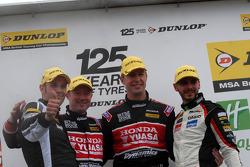 Round 8 podium 1e plaats Matt Neal, 2e plaats Tom Onslow-Cole, 3e plaats Gordon Shedden en JST winna