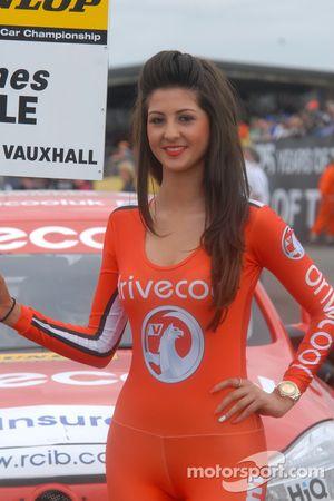 Une gridgirl RCIB Insurance Racing