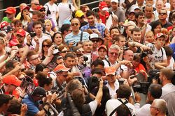 Sergio Pérez, McLaren con los fans