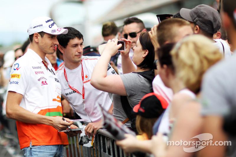 Adrian Sutil, Sahara Force India F1 signeert voor de fans