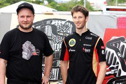 Romain Grosjean, Lotus F1 Team avec un artiste